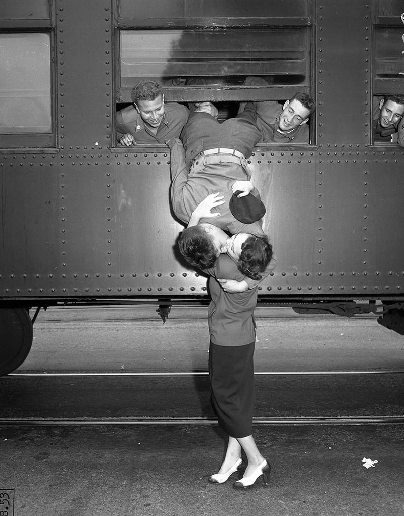 Nụ hôn tiễn biệt trước khi chàng trai lên tàu tham gia cuộc chiến Triều Tiên.