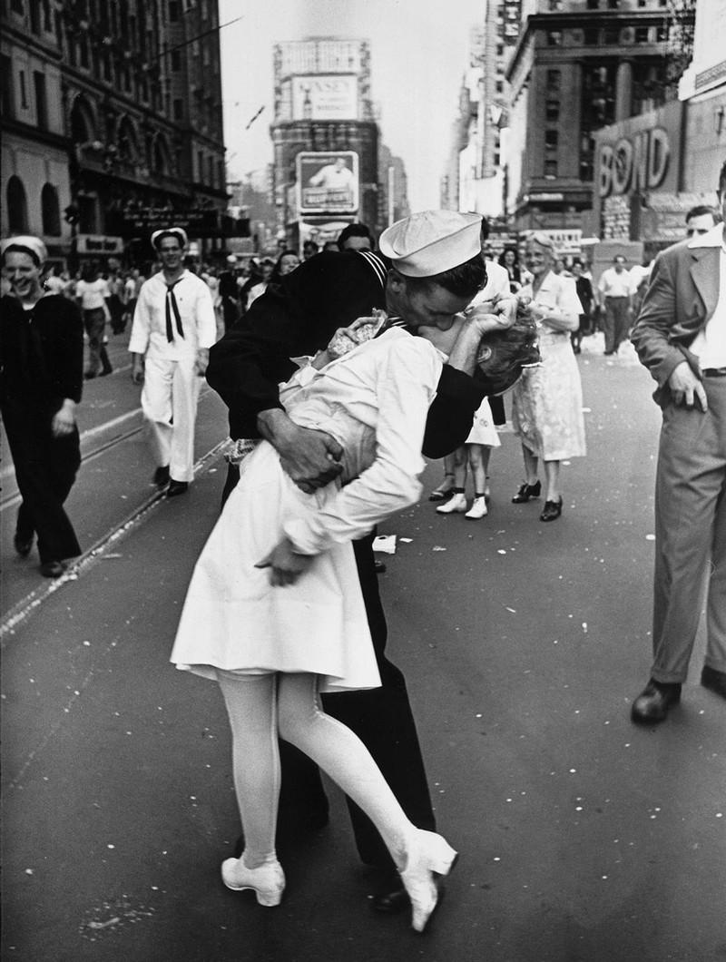 Bức ảnh chàng thủy thủ hôn một nữ y tá tại Quảng trường Times, New York đã trở thành hình ảnh biểu tượng cho dấu chấm hết của Thế Chiến II, 1945