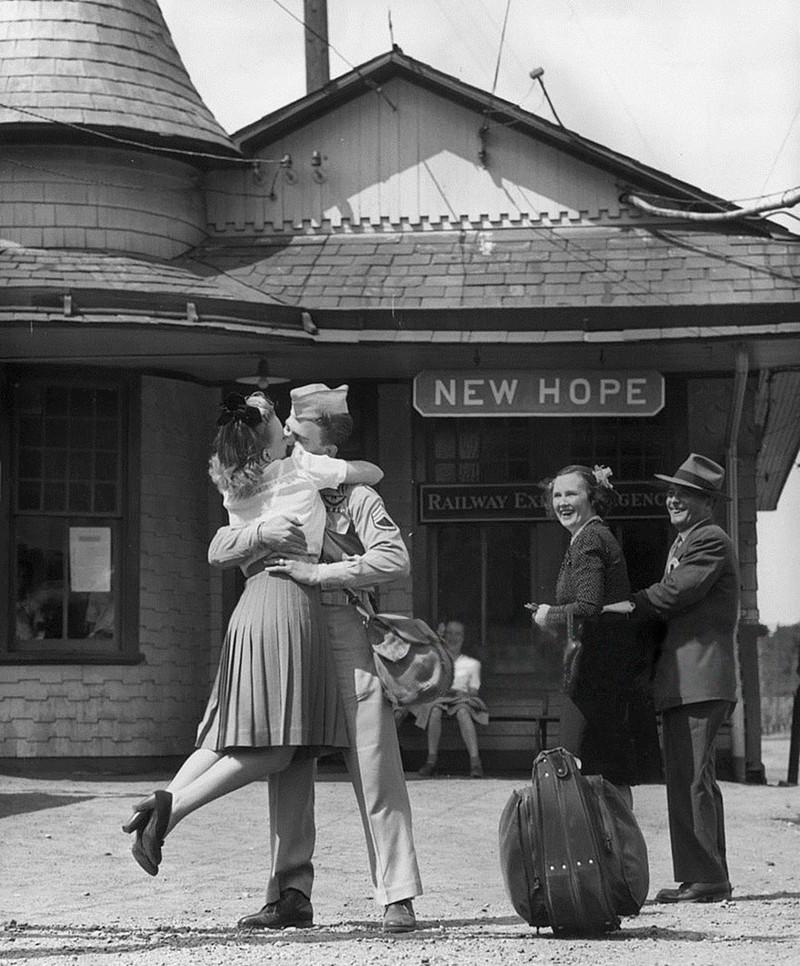 Cặp đôi đoàn tụ ở nhà ga The Train, Connecticut, 1945