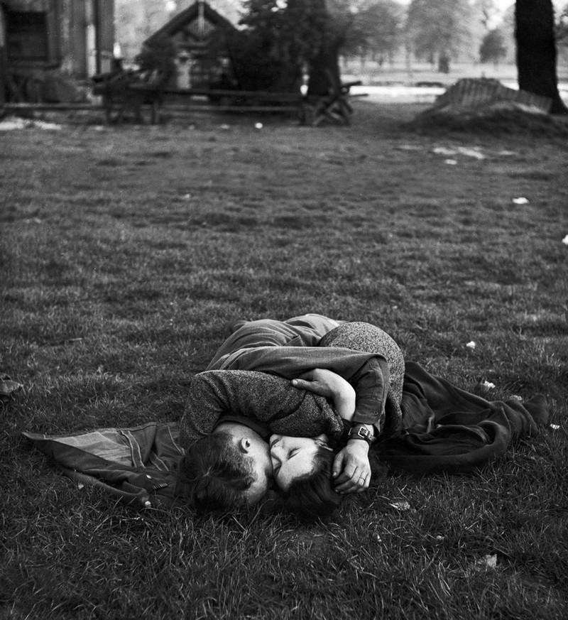 Một người lính đang ôm siết bạn gái trong công viên Hyde, 1945