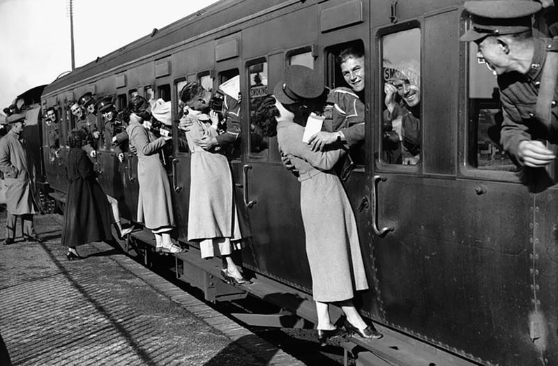 Những người lính hôn từ biệt người yêu trước khi ra trận, 1935