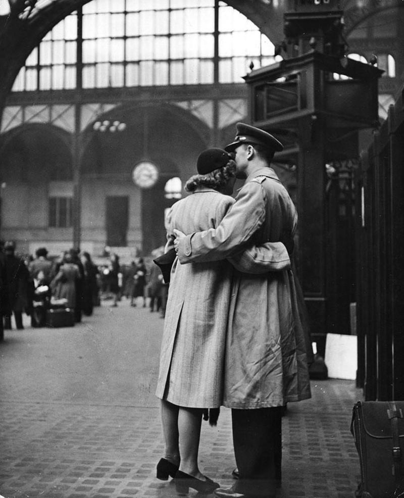 Một cặp đôi tĩnh lặng chia sẻ khoảnh khắc từ biệt ở nhà ga Penn, 1943