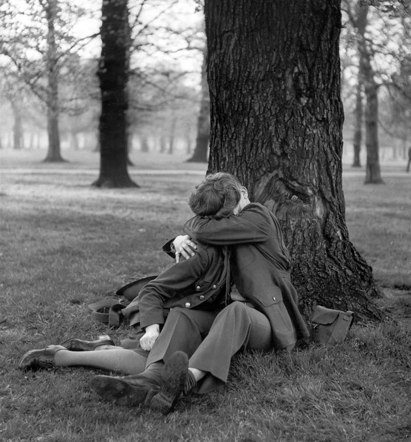 Một cô giáo tiếng Anh và một sĩ quan quân đội hôn nhau say đắm trong công viên, 1943