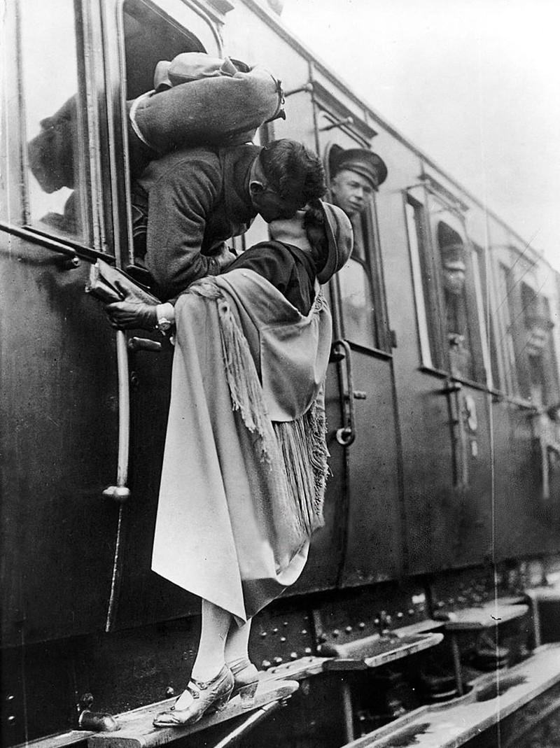 Một người lính hôn từ biệt bạn gái trước khi lên đường vào năm 1922