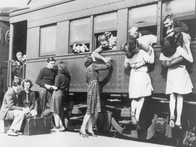 Tình yêu trong thời chiến qua ống kính nhiếp ảnh gia - ảnh 1