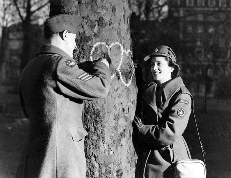 Tình yêu trong thời chiến qua ống kính nhiếp ảnh gia - ảnh 11