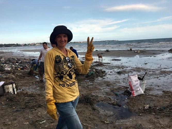 Hàng chục du khách nước ngoài tự nguyện dọn rác ở Mũi Né - ảnh 1