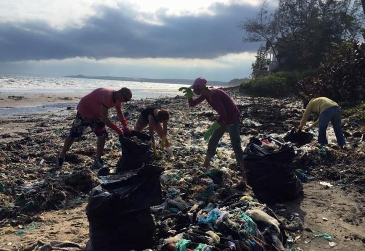 Hàng chục du khách nước ngoài tự nguyện dọn rác ở Mũi Né - ảnh 2