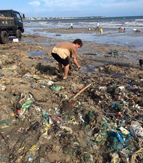 Hàng chục du khách nước ngoài tự nguyện dọn rác ở Mũi Né - ảnh 3
