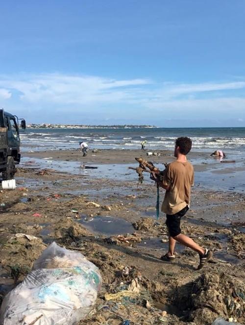 Hàng chục du khách nước ngoài tự nguyện dọn rác ở Mũi Né - ảnh 5
