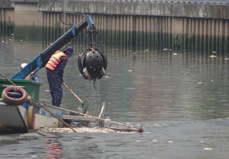 chiếc máy cạp cá giúp thu gom rác trên sông