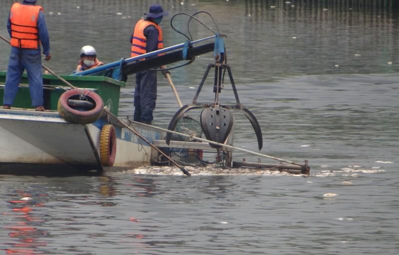 Nhờ những chiếc máy cạp này, hàng tục tấn cá chết trên kênh Nhiêu Lộc – Thị Nghè kịp thời được thu gom