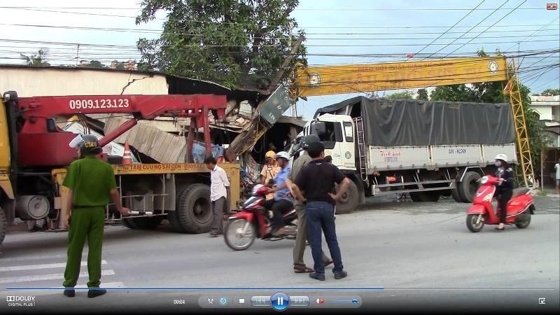 Xe tải mất lái tông sập cổng chùa, lao vào nhà dân - ảnh 1