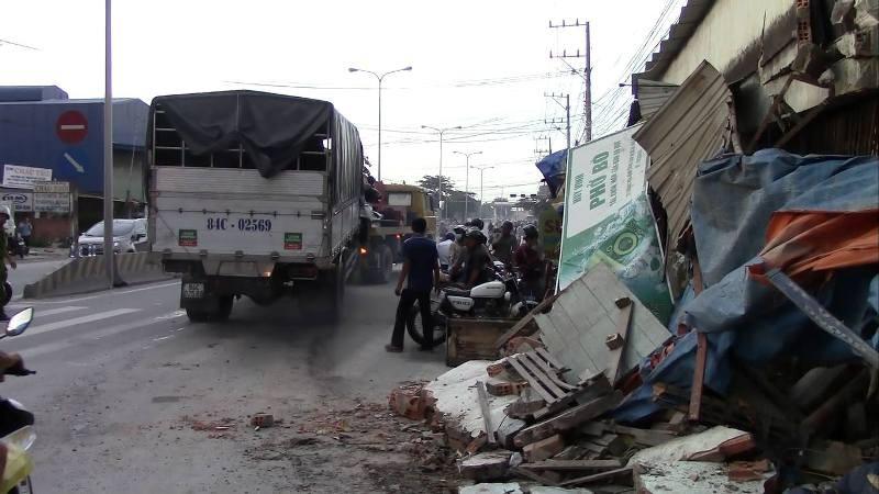 Xe tải mất lái tông sập cổng chùa, lao vào nhà dân - ảnh 3