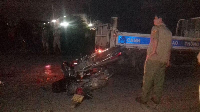 Hiện trường vị tai nạn, hai chiếc xe dính chặt vào nhau