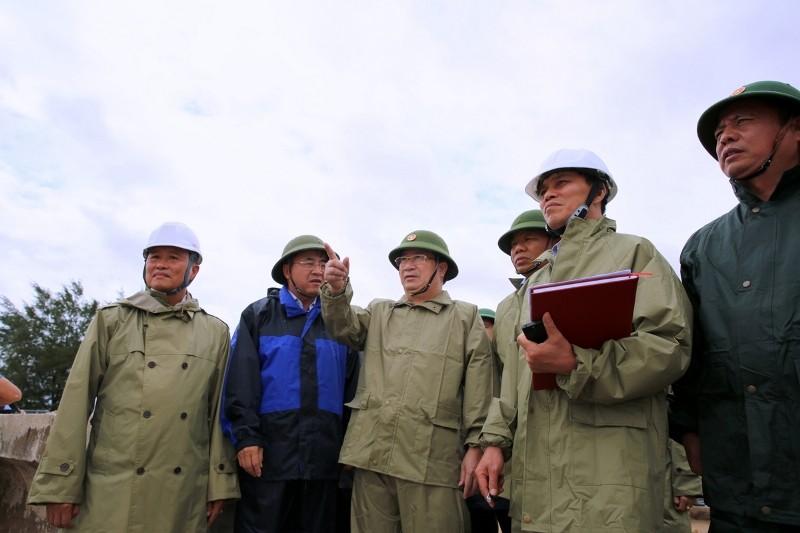 Phó thủ tướng trực tiếp chỉ đạo cứu nạn giữa tâm bão số 1  - ảnh 1