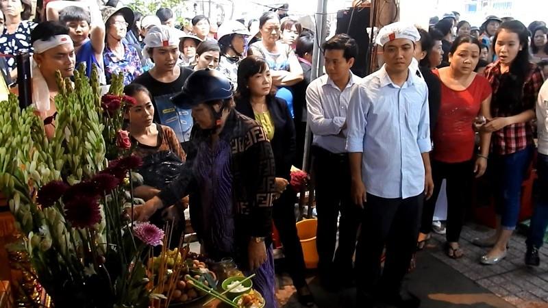 Hàng ngàn người đưa tiễn gia đình 6 người tử nạn trong đám cháy - ảnh 2