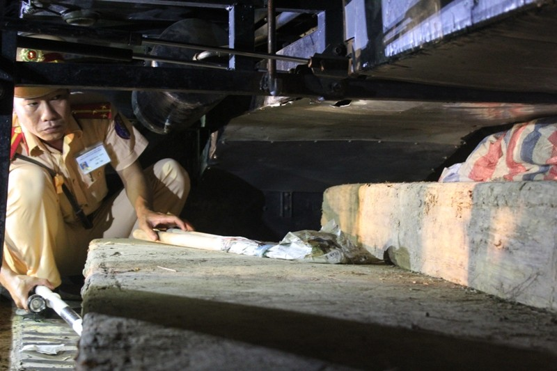 Bắt giữ gỗ lậu được che giấu tinh vi trên xe khách - ảnh 3