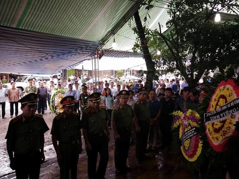Bộ trưởng Bộ Công an viếng đám tang bí thư, chủ tịch HĐND tỉnh Yên Bái - ảnh 4