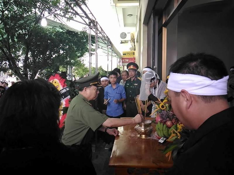 Bộ trưởng Bộ Công an viếng đám tang bí thư, chủ tịch HĐND tỉnh Yên Bái - ảnh 5