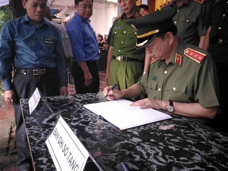 Bộ trưởng Bộ Công an viếng đám tang bí thư, chủ tịch HĐND tỉnh Yên Bái - ảnh 1
