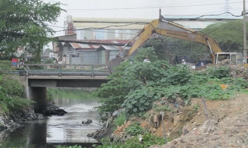 Mố cầu Tân Kỳ - Tân Quý sập sau trận mưa kỷ lục - ảnh 1