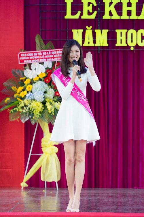 Thùy Dung từng có 3 năm gắn bó cùng ngôi trường này trước khi theo học tại Đại học Ngoại Thương TP HCM. Thùy Dung mặc chiếc váy trắng đơn giản và chọn lối trang điểm nhẹ nhàng.
