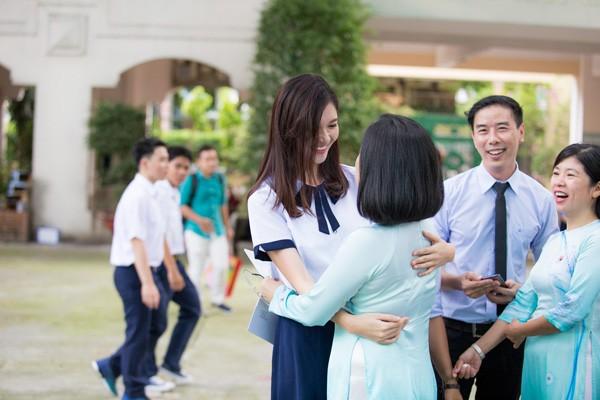 Thùy Dung thắm thiết thăm hỏi các thầy cô giáo cũ.