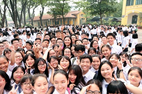 Học sinh trường Chu Văn An vây quanh lấy Á hậu để xin chụp hình kỷ niệm. Thanh Tú đã tốt tốt nghiệp ngành Luật quốc tế của Học viện Ngoại giao. Cô dự định trau dồi thêm kiến thức để thi vào Bộ Ngoại giao.