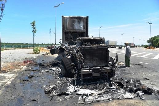 Xe đầu kéo bất ngờ cháy rụi, tài xế cuống cuồng thoát thân - ảnh 1