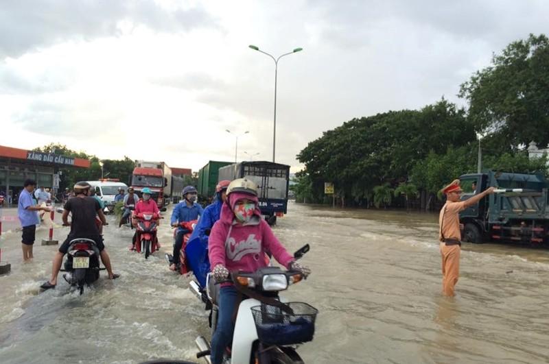 Thủy điện xả lũ, mưa lớn, nhà dân và QL1 ngập nặng - ảnh 3