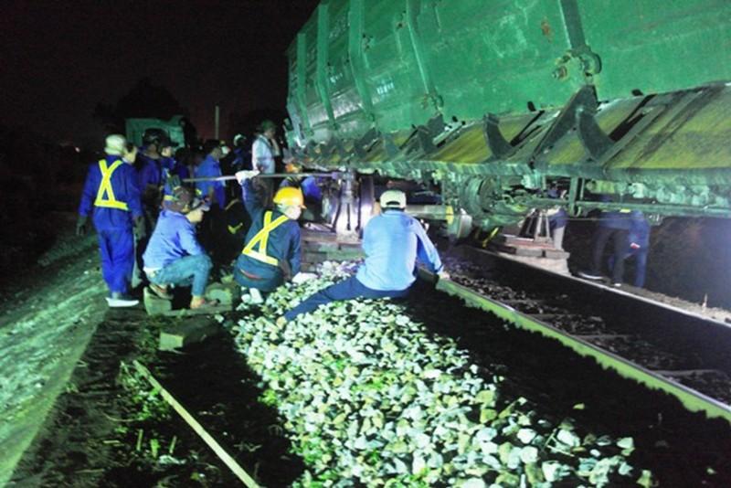 Tàu hỏa lật, đường sắt Bắc-Nam bị chia cắt - ảnh 1