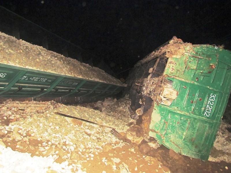 Tàu hỏa lật, đường sắt Bắc-Nam bị chia cắt - ảnh 2