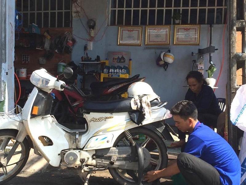 3 anh em cứu hộ xe máy khai trương tiệm sửa xe - ảnh 2