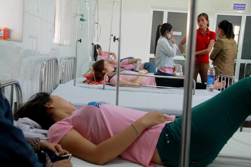 Nhiều công nhân công ty may nhập viện - ảnh 1