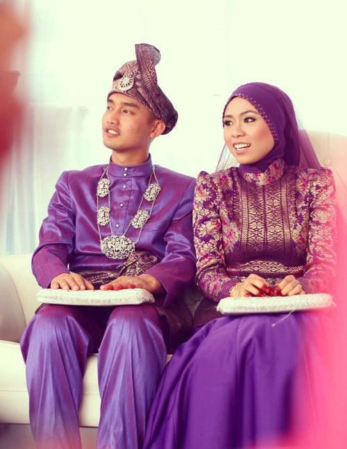 [Caption]Tại Malaysia, hầu hết các lễ cưới được tổ chức theo truyền thống Hồi giáo. Các cô dâu thường chọn một chiếc váy cưới với tông màu tím hoặc màu kem.