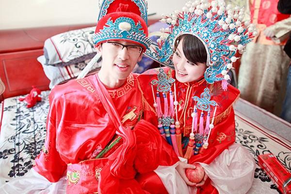 [Caption]Trang phục cưới của người Trung Quốc là màu đỏ, màu được cho là mang lại may mắn cho việc hỷ sự. Theo truyền thống, cô dâu Trung Quốc đội tấm vải đỏ trên đầu, và khi chú rể tự tay nhấc chiếc khăn này ra, hai người chính thức là vợ chồng, sau lễ vọng bái gia tiên. Khác với người Nhật, Trung Quốc quan niệm màu trắng là màu tang tóc nên hết sức tránh màu này trong những dịp vui.