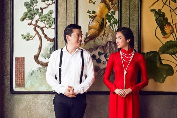 [Caption]Chiếc áo dài duyên dáng là điều không thể thiếu trong đám cưới Việt. Từ ngày xưa, áo dài cưới đã trở thành trang phục trong lễ cưới nước ta và là trang phục cưới truyền thống. Áo dài làm tôn lên toàn bộ đường cong cơ thể của người phụ nữ, và còn toát lên vẻ nữ tính, dịu dàng, thướt tha, uyển chuyển. bất cứ người nào cũng sẽ bị hút hồn khi nhìn thấy người phụ nữ trong tà áo dài. Cũng vì thế áo dài đã rất lâu là trang phục truyền thống đẹp nhất của người phụ nữ Việt Nam, bởi đó nó được lựa chọn làm trang phục trong lễ cưới người Việt.