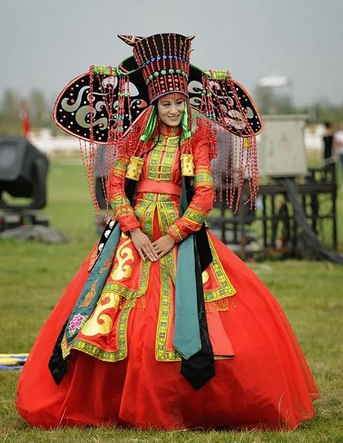 [Caption]Theo truyền thống của người Mông Cổ, cô dâu và chú rể trong ngày trọng đại sẽ mặc trang phục có tên gọi là Deel. Đây là trang phục truyền thống được mặc từ rất lâu đời của các bộ tộc du mục ở Mông Cổ.