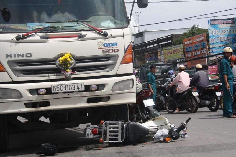 Hai nữ sinh bị kéo lê dưới gầm xe tải - ảnh 1