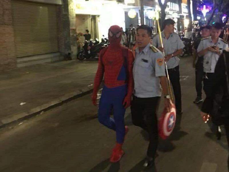 """""""Người nhện"""" ở phố đi bộ có thực hiện buôn bán - ảnh 1"""