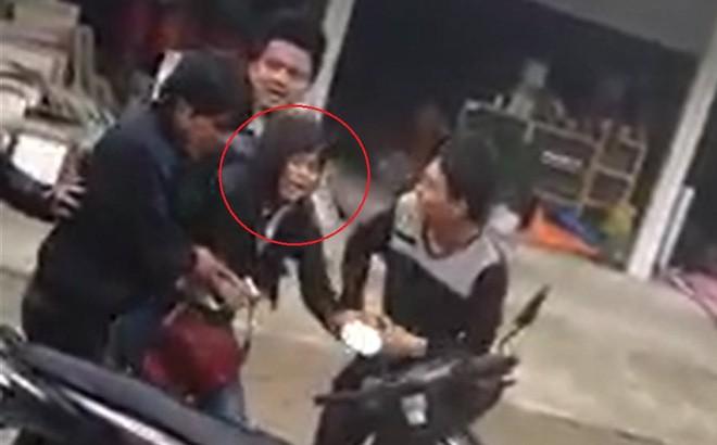 Nhiều thanh niên hợp sức khống chế bắt cô gái về làm vợ ở Nghệ An. Ảnh cắt từ clip