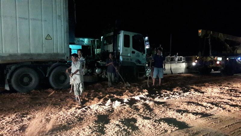 Hai xe tải va chạm, hàng trăm lít dầu chảy tràn quốc lộ - ảnh 1