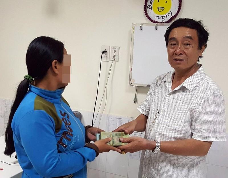 BS Phan Ngọc Hùng, Giám đốc Bệnh viện An Phước trao số tiền cộng đồng Facebook hỗ trợ cho mẹ bé C.