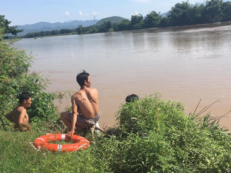 Đi xe bò qua sông, 3 người bị nước cuốn mất tích - ảnh 1