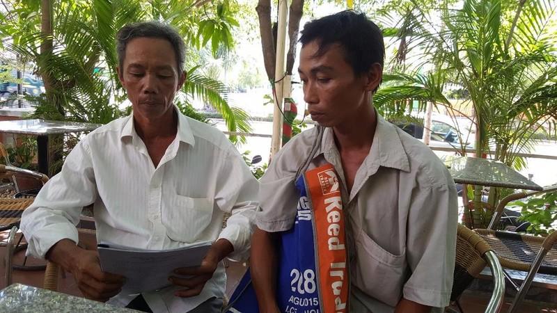hai nông dân nhận hối lộ