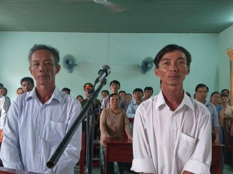 8 luật sư bào chữa miễn phí cho 2 nông dân nhận hối lộ