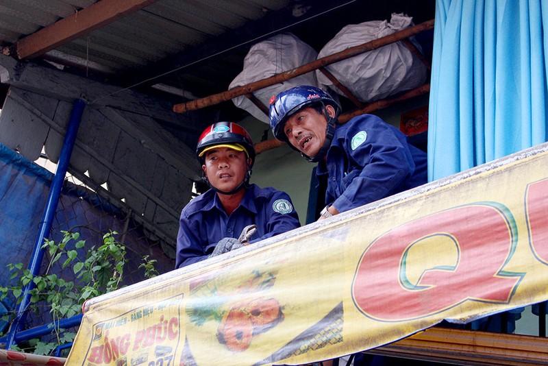 Quận 1 gỡ hàng loạt mái che đường Nguyễn Đình Chiểu - ảnh 10
