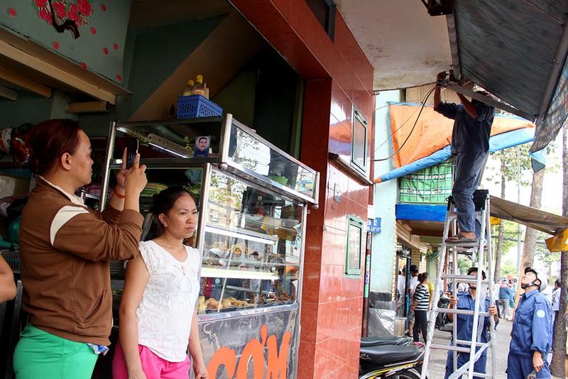 Quận 1 gỡ hàng loạt mái che đường Nguyễn Đình Chiểu - ảnh 11