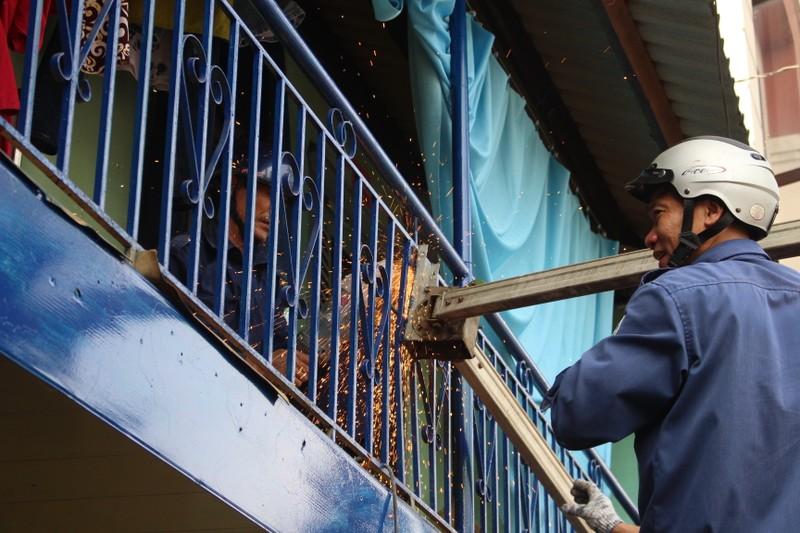 Quận 1 gỡ hàng loạt mái che đường Nguyễn Đình Chiểu - ảnh 13